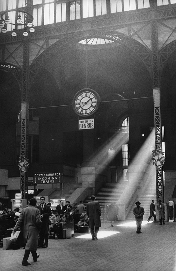 Sabine Weiss : Pennsylvania Station - New York  États-Unis  1962