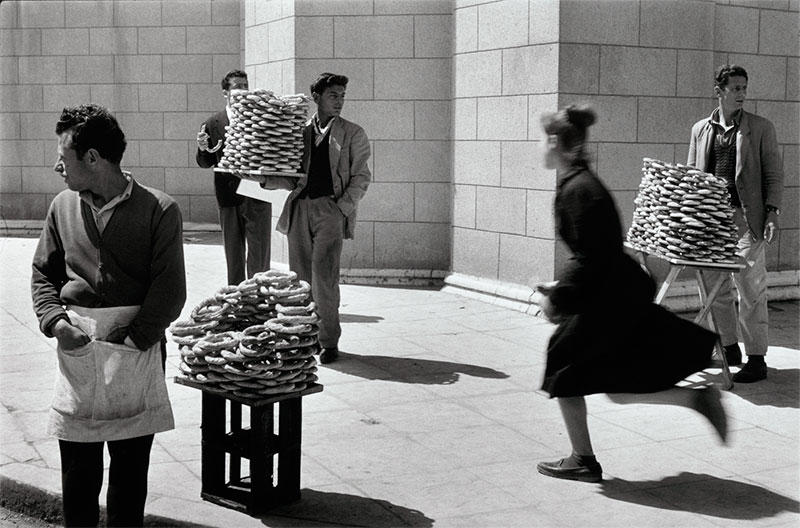 SabineWeiss :  Vendeurs de pain - Athènes