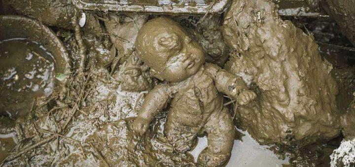 Poupée dans la boue - Photo Manu Mielniezuk